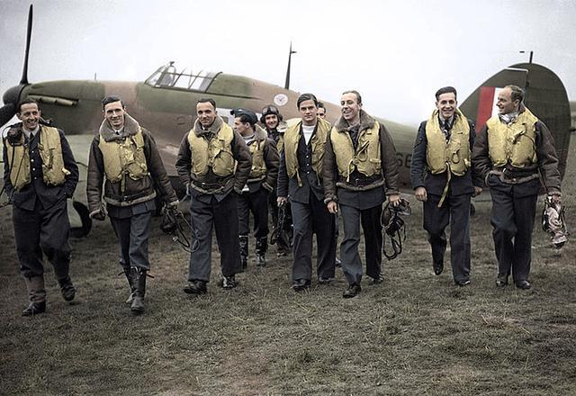 画像: 303スコードロンのポーランド軍人たち。英国上空でのドイツ空軍との戦い・・・バトル・オブ・ブリテンでは、彼らは英軍機に搭乗して活躍。伝説的な活躍で英国の勝利に貢献しました。 pl.wikipedia.org