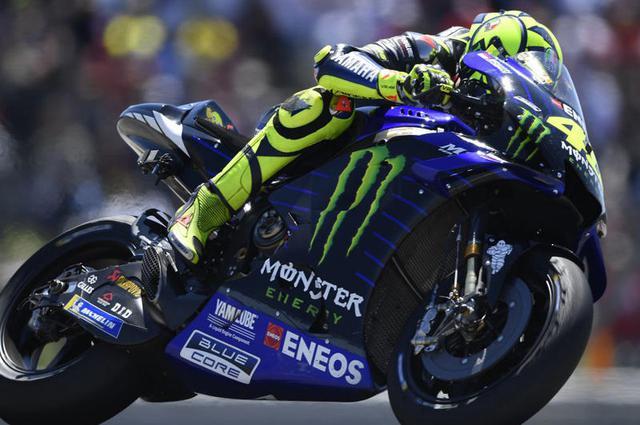 画像: 2019年第3戦アメリカズGPを走るV.ロッシ。2000年からの最高峰クラス参戦のキャリアのなかで通算7度(500cc/MotoGP)王者に輝いた英雄も、2017年第8戦オランダGPでの勝利以降は、優勝に手の届かない成績に甘んじております・・・。 race.yamaha-motor.co.jp
