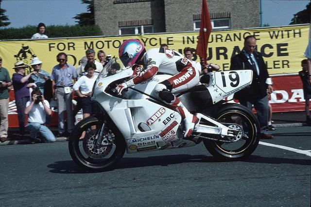 画像: 1992年マン島TTセニアクラス。スティーブ・ヒスロップが駆るノートンRCW588。久々のノートンのマン島TT優勝を達成しました。 en.wikipedia.org