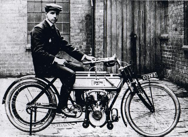 画像: 1907年の第1回マン島TTで優勝で優勝したノートン-プジョー。 commons.wikimedia.org