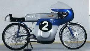 画像: 1962年のマン島TT50ccクラスで、スズキのGP初優勝を果たしたRM62(2ストローク空冷単気筒ロータリーディスクバルブ50cc)。 www.iom1960.com