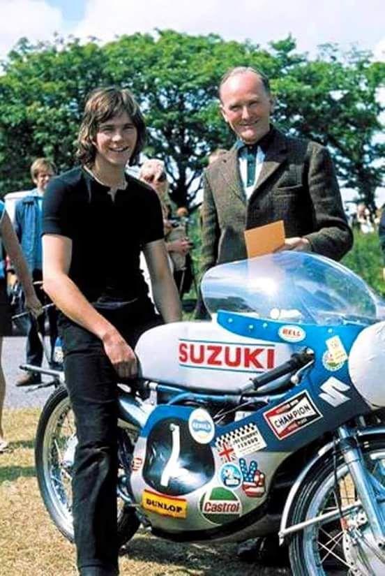 """画像: スチュワート・グラハムから譲り受けたスズキRT67(2ストローク水冷2気筒125cc)に跨るバリー・シーン。彼がスターダムに駆け上がることをアシストしたマシンも、""""青と銀""""でした。 www.pinterest.jp"""