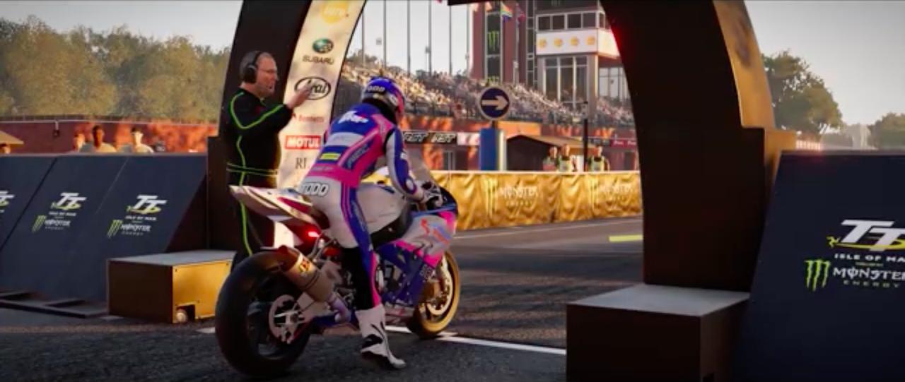画像: マン島TTのスタートゲート。前作はソロプレイのほかオンラインプレイも選択できましたが、このあたりの仕様は踏襲されるのでしょう。 www.youtube.com