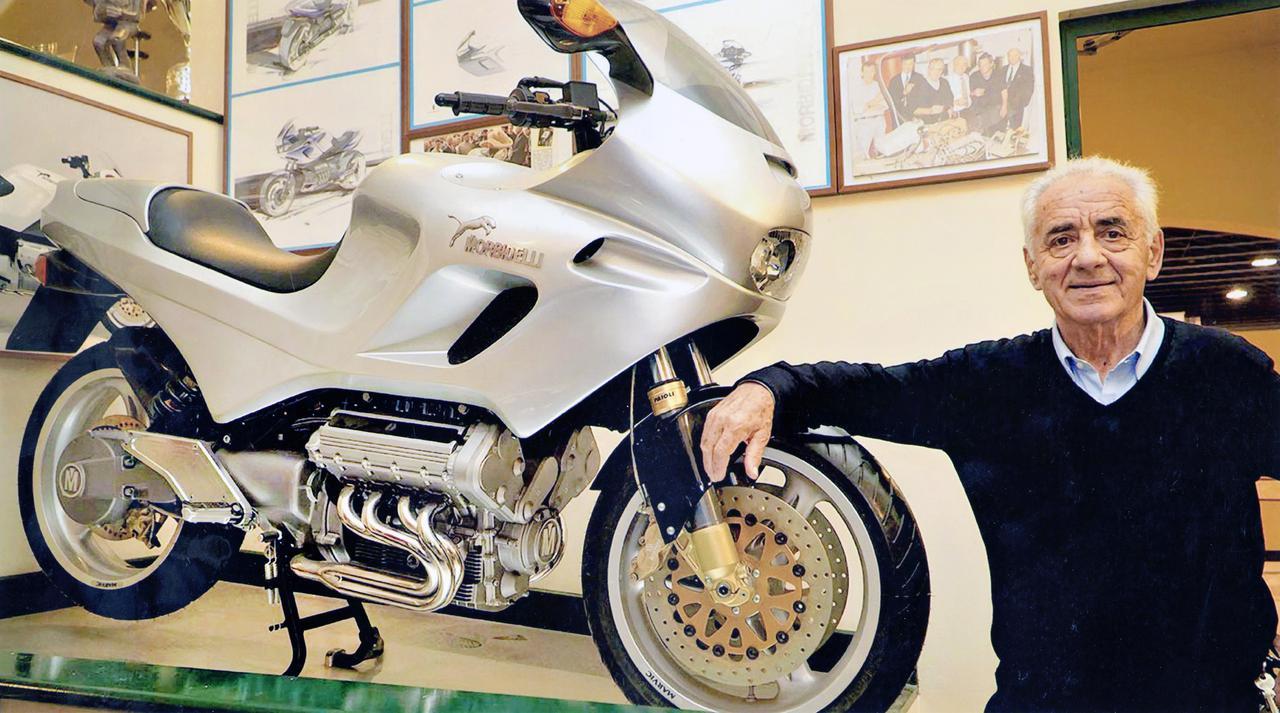 画像: 1990年代のモルビデリを象徴するモデル・・・V8と、ジャンカルロ・モルビデリ。 journal.classiccars.com