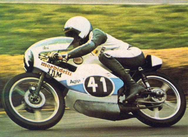 画像: 1975年、イタリアGP125ccクラスでモルビデリを駆るパオロ・ピレリ。 it.wikipedia.org