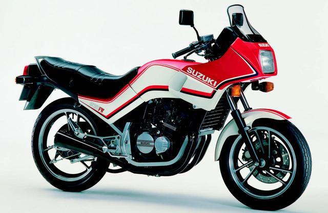 画像: 1983年3月に国内発売されたスズキGS250FW。世界初の量産公道用水冷4ストローク4気筒250ccモデルであり、36ps/11,000rpmというスペックでした。 www.autoby.jp