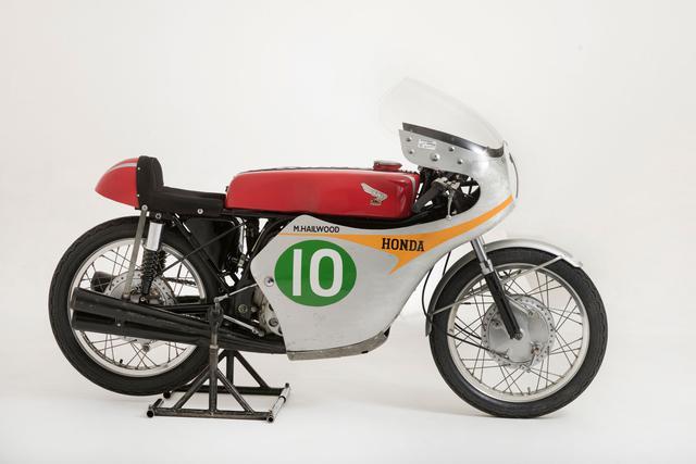 画像: 英国のナショナルモーターミュージアム所蔵の1961年型ホンダRC162(空冷4ストローク4気筒250cc)。初めてホンダに世界ロードレースGP(現MotoGP)の250ccクラスのタイトルをもたらした名機です。 nationalmotormuseum.org.uk