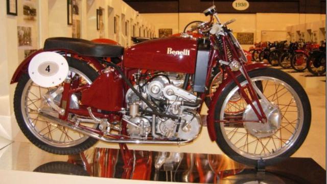 画像: 先日お亡くなりになった、ジャンカルロ・モルビデリのコレクションのひとつだった、1942年型ベネリ4気筒250cc(過給器付き)。なお第二次世界大戦後のロードレース界は、過給機がレギュレーションで禁止されてしまいました。 www.rideapart.com