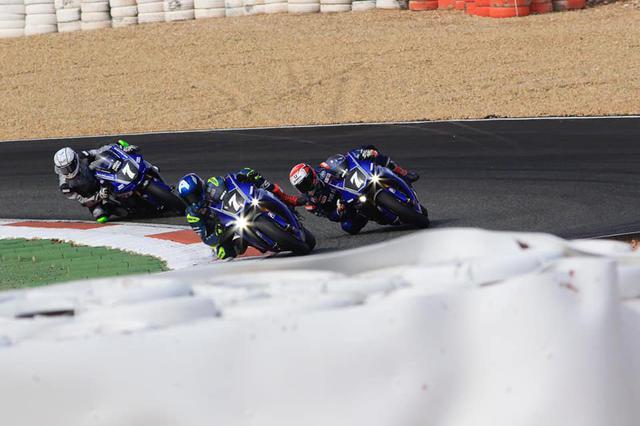 画像: ゼッケン7をつけた3台のYARTのヤマハYZF-R1・・・パチンコでしたら大当たり!! ですね(笑)。なおYARTは、ヤマハ・オーストリア・レーシング・チームの略称です。 www.facebook.com