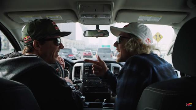 画像: ハンドルを握るロビーは、助手席に座るタイラーに、「後ろを見ろよ」という仕草を見せます。それに対し、「Yes!!」とこたえるタイラー・・・。 www.youtube.com