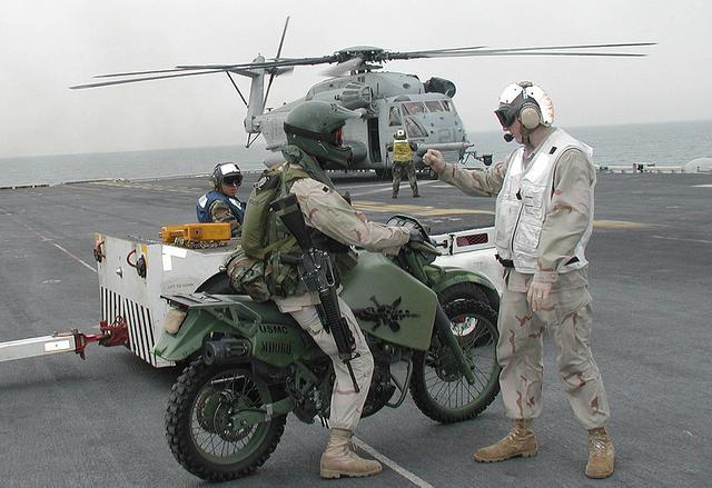 画像: 2003年に撮影された、米海兵隊のヘリコプターに搭載される前のHDT M1030M1 JP8の姿。 en.wikipedia.org