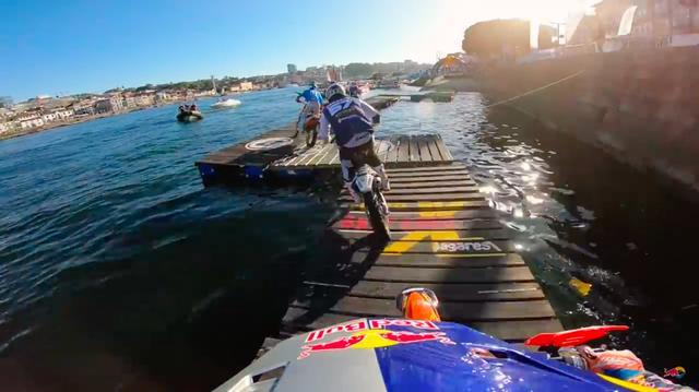 画像: このような、水の上の木でできたコースも走ります・・・! www.youtube.com