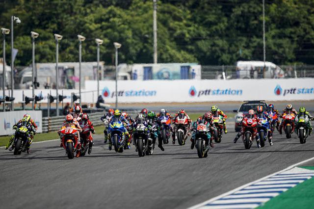 画像: 昨2019年のタイGPのMotoGPクラススタートシーン。なおこの年のタイGPは10月6日決勝で行われていましたが、新型コロナウイルス感染症流行の影響による順延で、結果的に昨年同様10月開催になったわけです。 race.yamaha-motor.co.jp