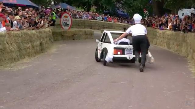 画像: 後ろから追っかけるコックさん? が、走りを支えます? www.youtube.com