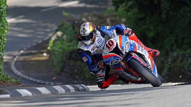 画像: 2019年度のTTで大活躍したピーター・ヒックマン(BMW)。TT勝利数など名誉につながる個人記録の更新に挑む有力リアル・ロードレーシングライダーにとっても、今回の中止は大きな痛手となるでしょう。 www.iomttraces.com