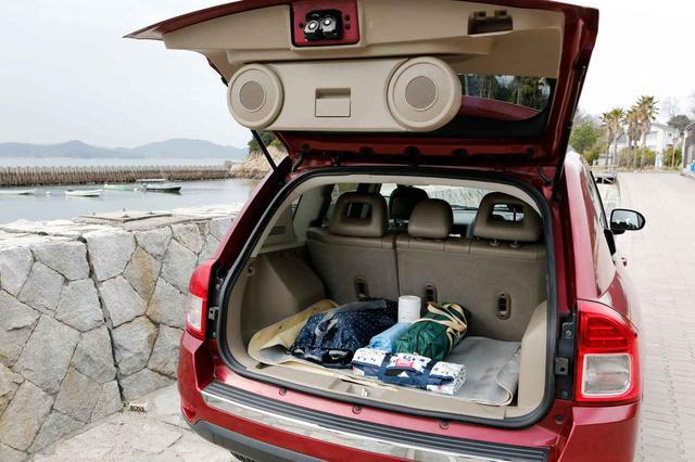 画像: トランクを開けると、スピーカーが回転する仕掛けがお気に入り。好きな音楽を聴きながらビーチでバーベキューすることも