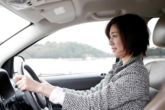 画像: 運転席に座ると自然に背筋が伸びる。「運転するときは顔つきが違う」と子どもたちにも言われるそうだ
