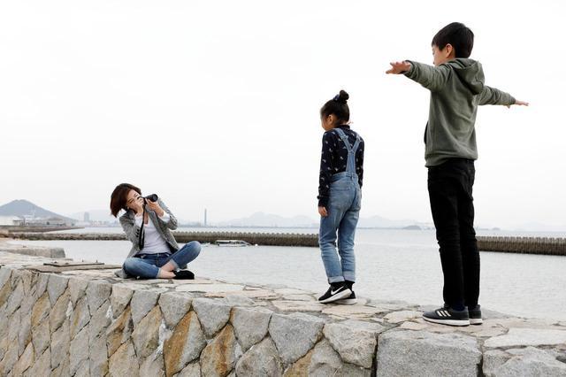 画像: 子どもたちの習い事の帰りには、よく沙弥島の海岸に訪れる。束の間の撮影タイム