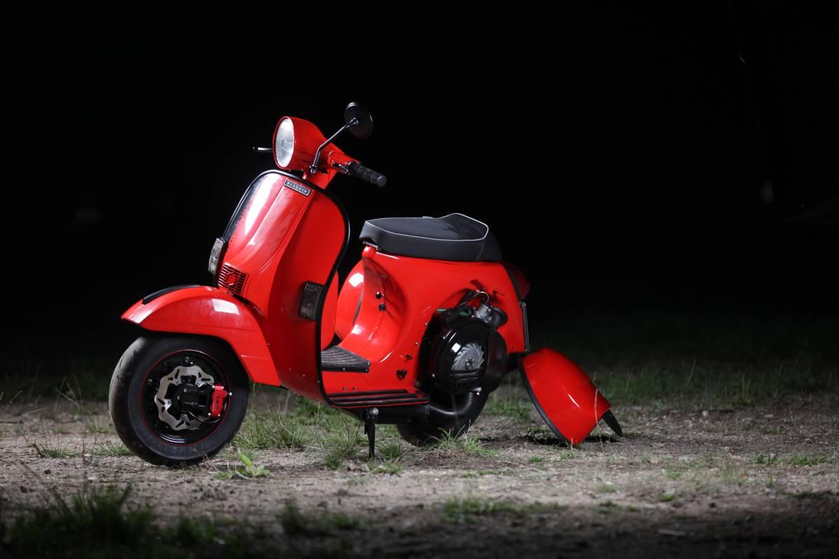 画像: ベスパPXと、コーサのパーツを巧みに融合させて、モトリーノ・ディアボロの488ccツインエンジン車は生み出されています。 www.motorino-diavolo.de