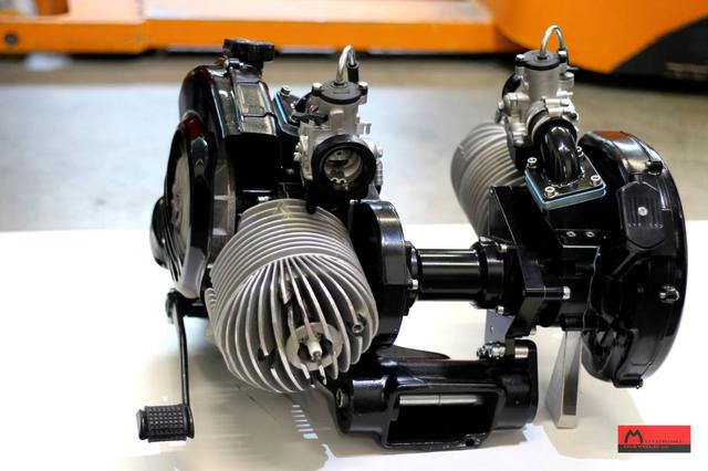 画像: エンジンケース、ギアボックスはコーサ用を使用。ロータックス製のコネクティングシャフトとバイブレーションダンパーを使って、進行方向前向きの右、進行方向逆向きの左の各244cc単気筒を連結させています。 www.motorino-diavolo.de