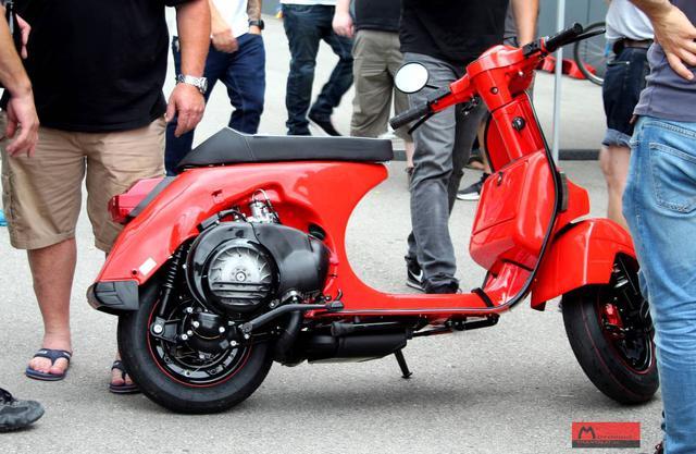 画像: 車体を右側から見ると、一見フツーのベスパスクーターですが・・・。 www.motorino-diavolo.de