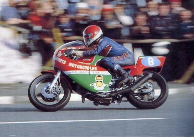 画像: 1981年、ドゥカティ・パンタTT-F2レーサーでマン島TTコースを疾走するT.ラッター。 www.ducati-tt.de