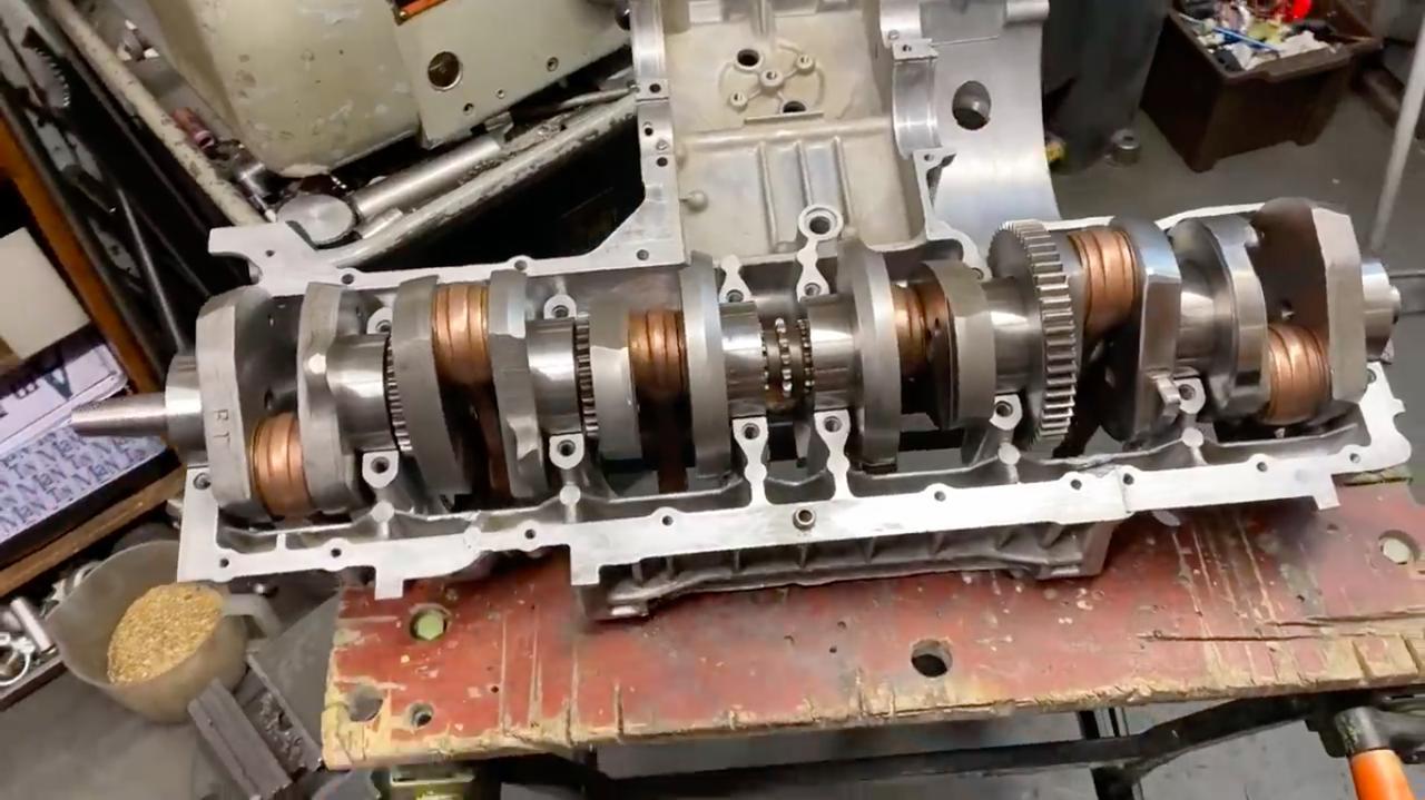 画像: 組み立てて・・・6気筒用クランクシャフトが完成! www.youtube.com