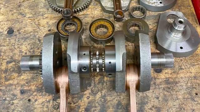 画像: 分解されたクランクシャフト・・・。 www.youtube.com