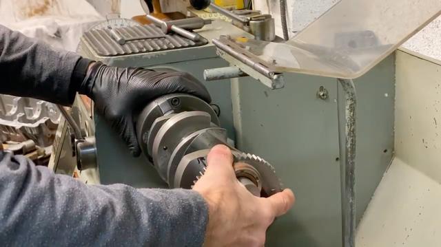 画像: 旋盤のチャックにクランクシャフトを取り付け、組み立てていきます。元々4気筒のZ1のクランクシャフトはクランクピンの位置が180度位相ですが、氏の作る6気筒では120度位相に変更されます。旋盤に取り付けたタイミングディスク(分度器)の数値を見ながら、組み立てていくワケですね。 www.youtube.com