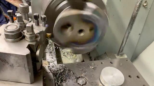 画像: 新たに作ったカウンターウェイトを溶接して、旋盤で仕上げます・・・。 www.youtube.com
