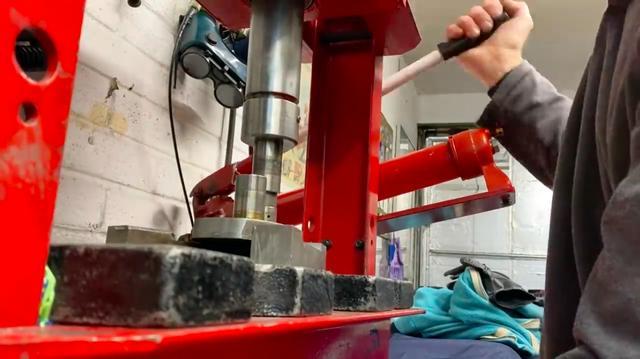 画像: 油圧プレスを使って、Z1のクランクシャフトを分解します・・・。 www.youtube.com