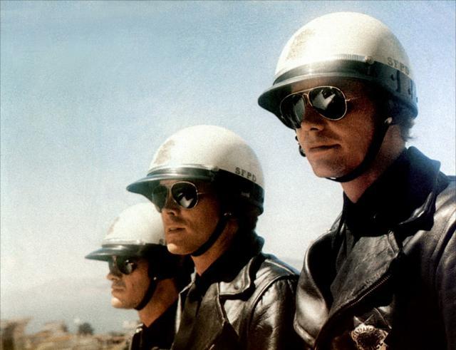 画像: サングラス姿が不気味に見える敵役のSFPD白バイ部隊。彼らの目的は・・・? 4.bp.blogspot.com