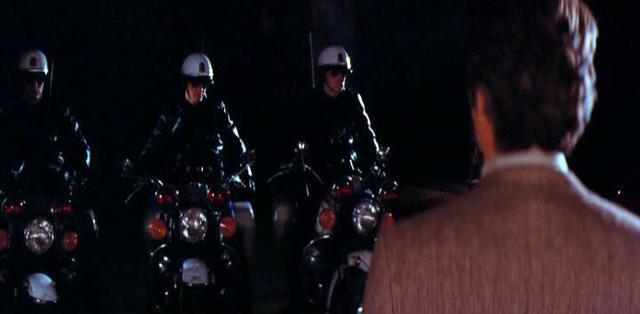 画像: 白バイ部隊と対峙するハリー。このときハリーは彼らの目的を彼らの口から聞くことに・・・。 pics.imcdb.org