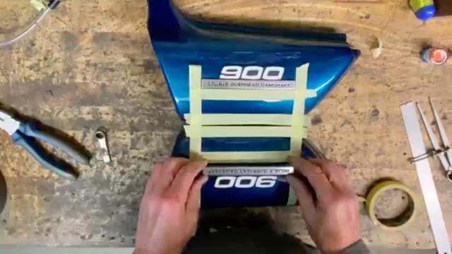 画像: 左右のサイドカバーの、同じ位置にエンブレムを付けるためには・・・? このあたりのテクニックも、なるほどなぁ、と思いました。 www.youtube.com