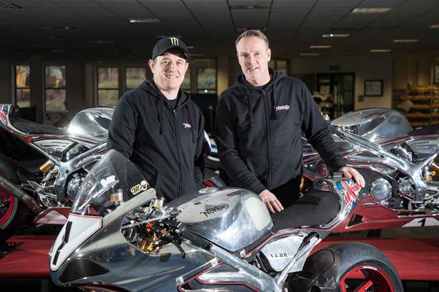 画像: 2018年、マン島TTの英雄、J.マクギネス(左)とともに写真におさまる元ノートン代表のS.ガーナー。 www.nortonmotorcycles.com