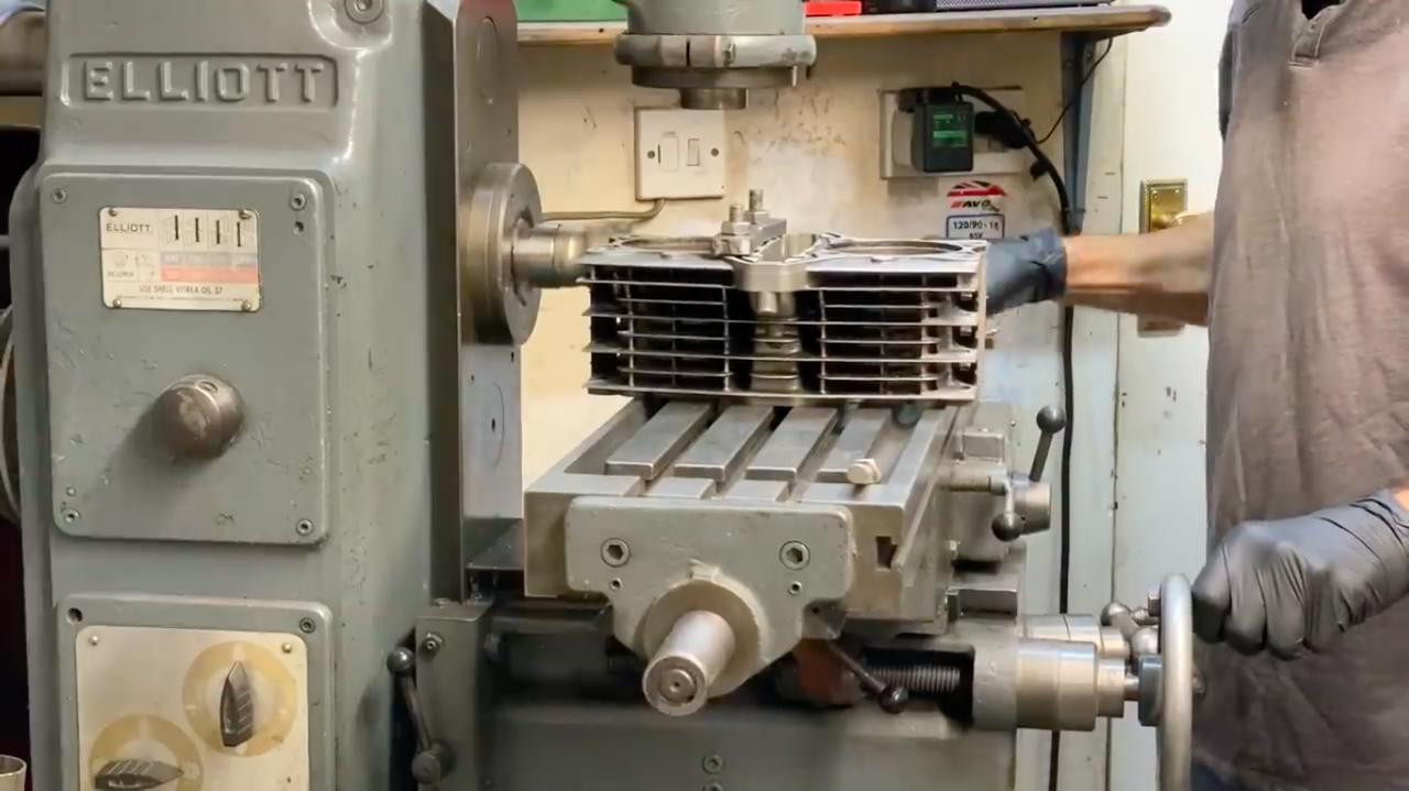 画像: 溶接で接合する面を、フライス盤で仕上げます・・・。 www.youtube.com