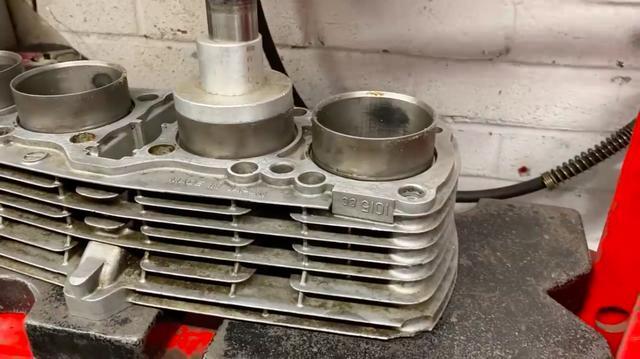 画像: 加熱されたシリンダーから、油圧プレスでスリーブを抜きます・・・。 www.youtube.com
