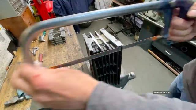 画像: シリンダーのフィンの長さなどを整える作業は、金ノコが活躍! www.youtube.com