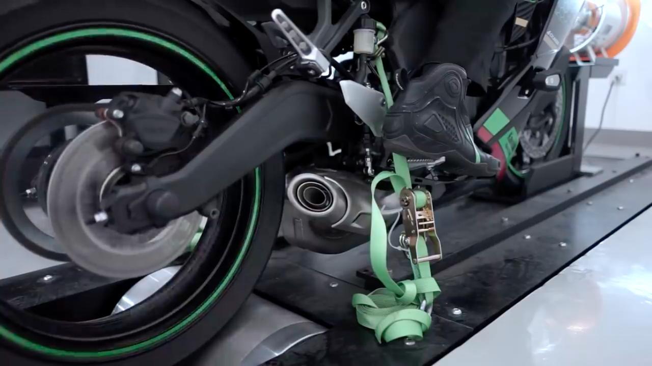 画像: 250ccの4気筒特有の高回転サウンドは、1980年代以前からバイクに乗っているベテランには懐かしく、若いライダーには新鮮に響くでしょう・・・。 www.youtube.com