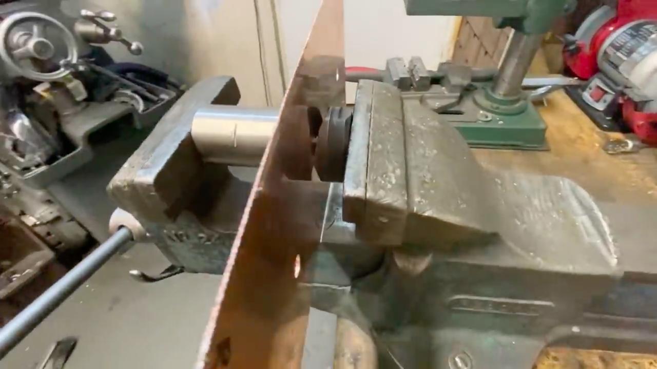 画像: この穴開けツール、なかなか考えられた作りです・・・。 www.youtube.com