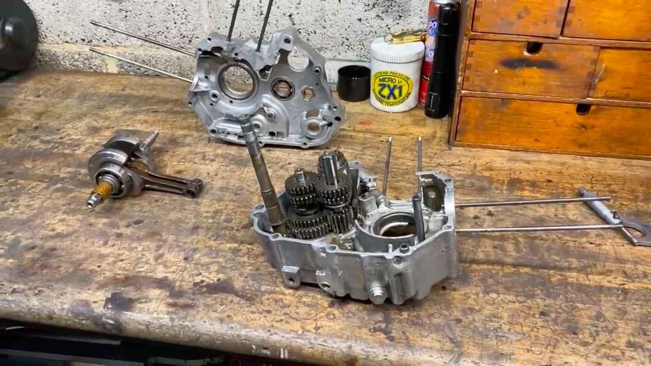 画像: 基本的に腰下・・・クランクケースとギアボックスは、スタンダードを使っているみたいです。 www.youtube.com