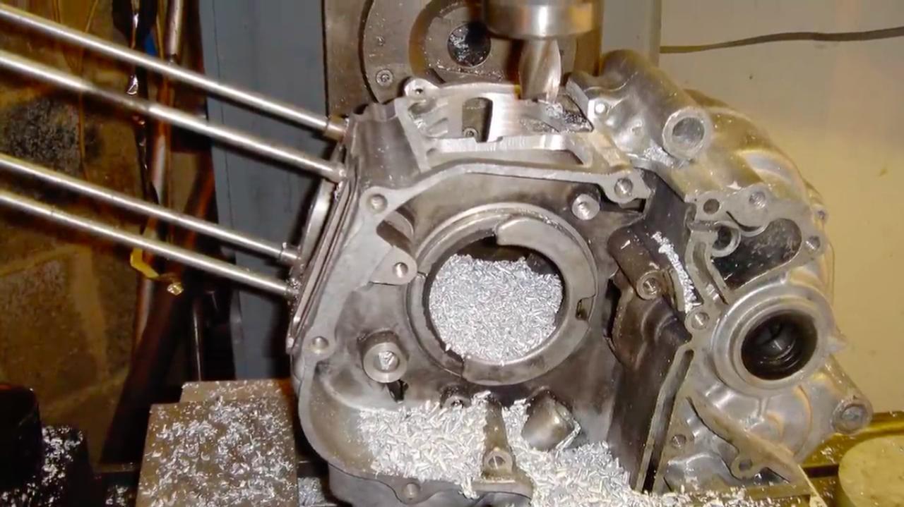 画像: ほんの少しだけ、クランクケース加工の様子も動画内で紹介されています(静止画ですけど)。 www.youtube.com
