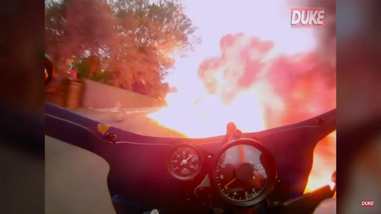 画像: かなり爆発が広範囲に及んでいるので、ハイスピードで走っているM.ジョーダンはここに突っ込むしか選択肢はありません・・・!! www.youtube.com