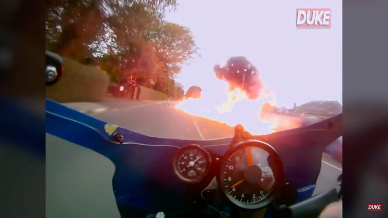 画像: 目の前で先行車が大転倒! そして大爆発!!!!! www.youtube.com