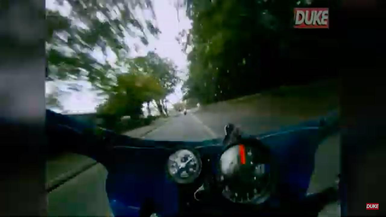 画像: この動画をYouTubeに公開しているのは、各種モータースポーツのビデオソフトを供給する英国のデュークビデオです。M.ジョーダンのマシンのレブカウンターはスキッツ製。典型的な英国クラブマンレーサーに好んで採用されるパーツですね。 www.youtube.com