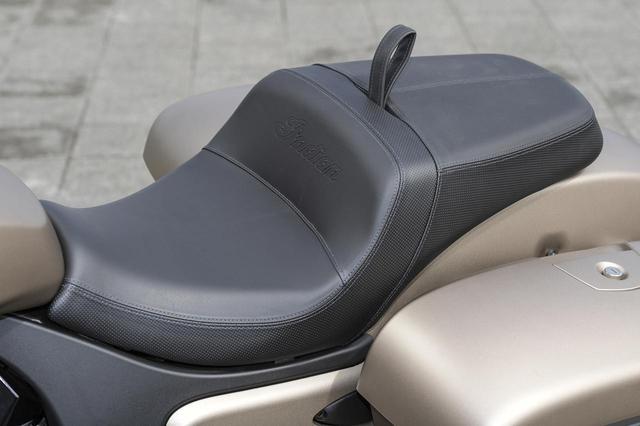 画像: 長距離のクルージングも快適にこなすコンフォートシート。シート高は 672mmで、足つき性も良好だ。