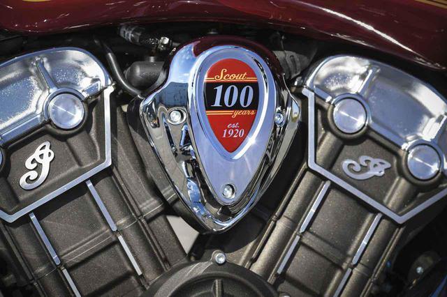 画像: 100馬力を発生するVツインエンジンには「100周年タンクバッジ」。アニバーサリーモデルを象徴する存在だ。