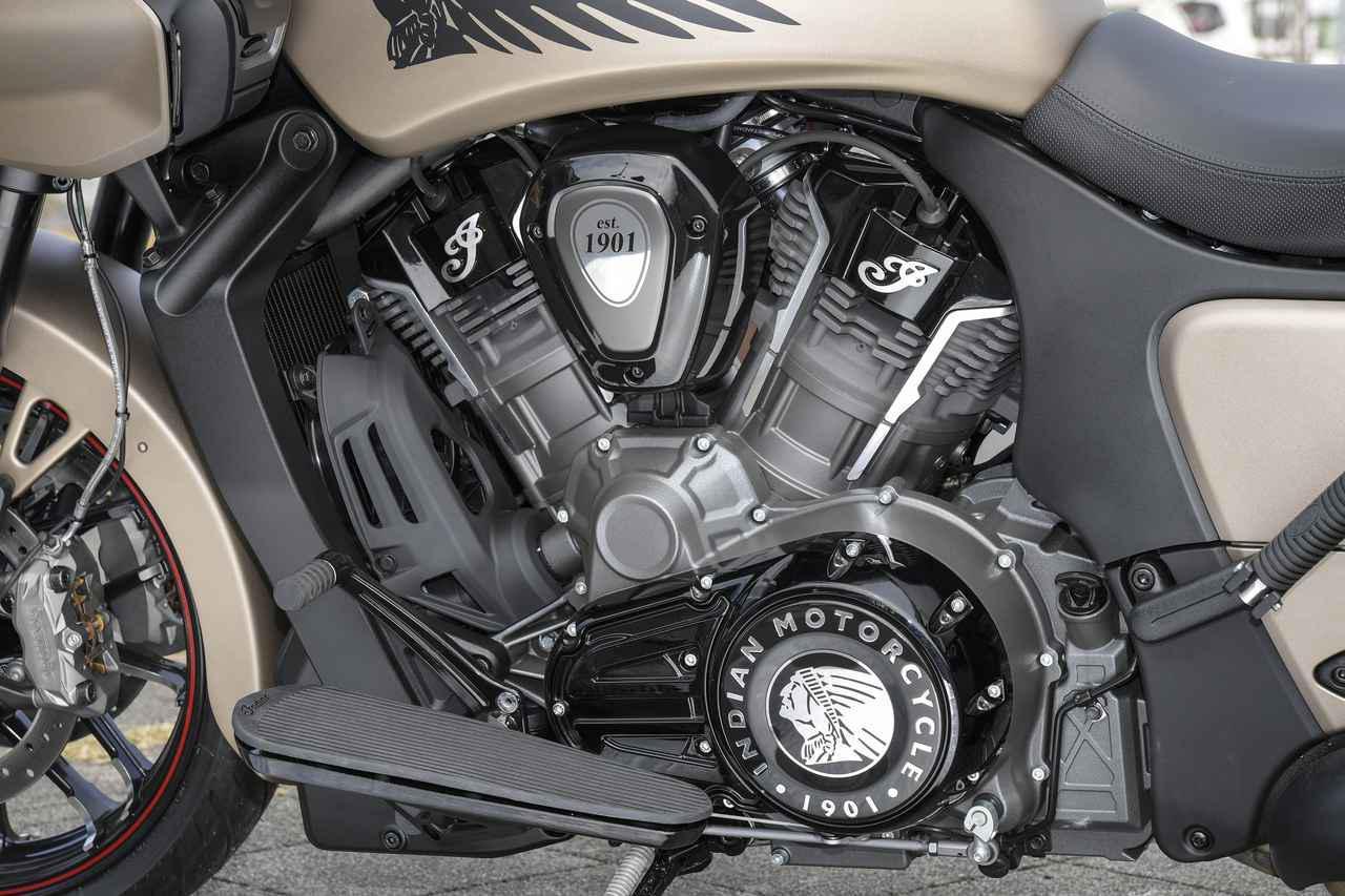 画像: 最高出力122PSの最新水冷V-Twinエンジンユニット。インディアンのロゴが各部に配置され、効果的にドレスアップされている。