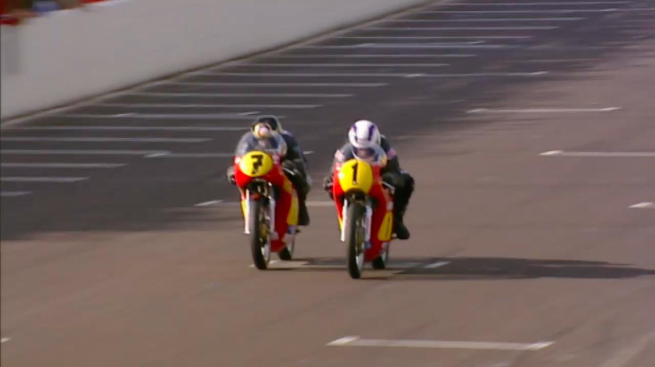 画像: 日曜日のレースの最終ラップのホームストレート! 果たしてガードナーとシーン、勝者はどっち!? www.youtube.com
