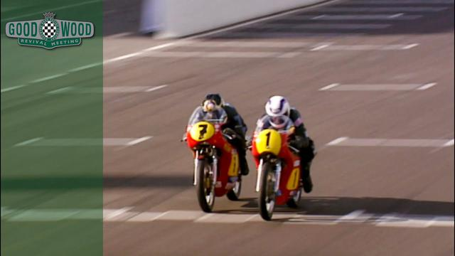 画像: Barry Sheene and Wayne Gardner battle in incredible Goodwood bike finish youtu.be